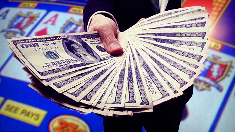 Man Menghadirkan Penggemar Uang Tunai Dengan Latar Belakang Layar Poker Video